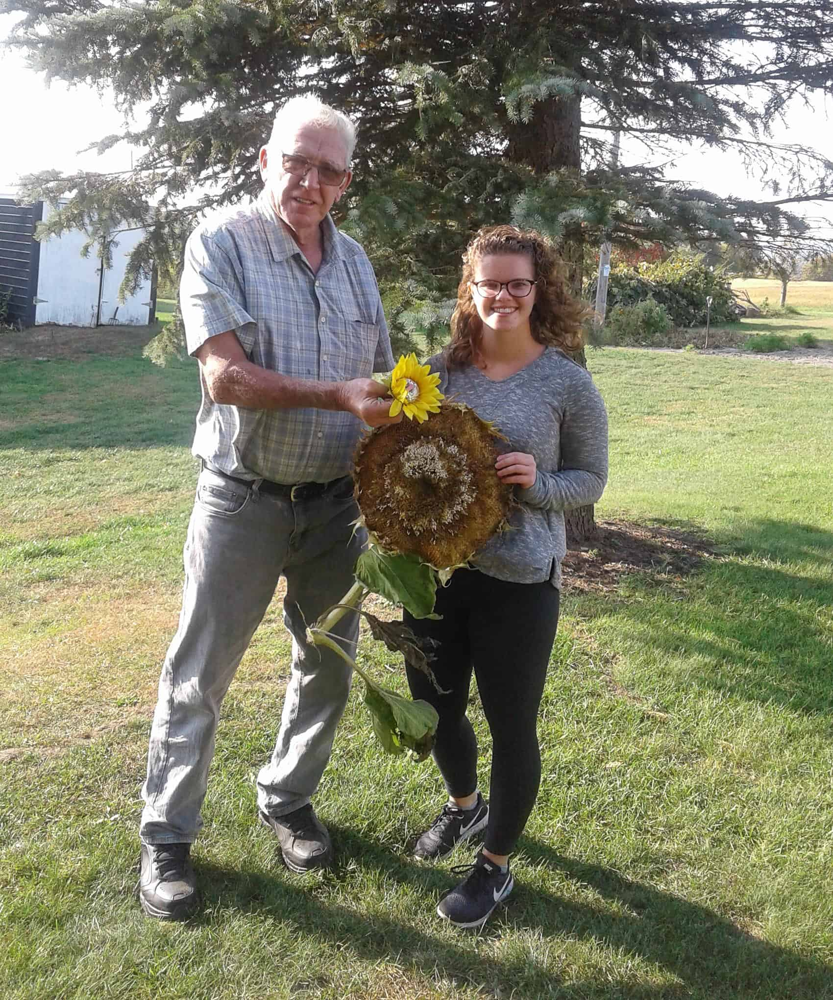 20200927-Winning entrant for largest head – Sadie Elliot with Lion Ron Robinson.